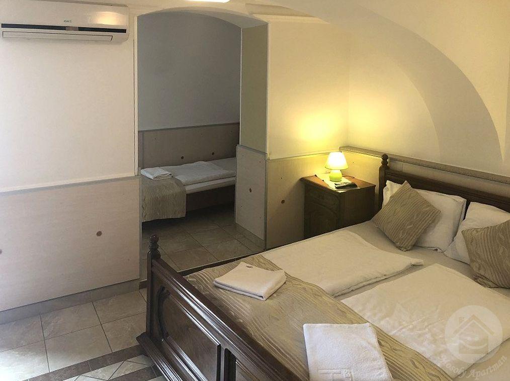 szoba három személyre, Mosoly Apartman, Szeged